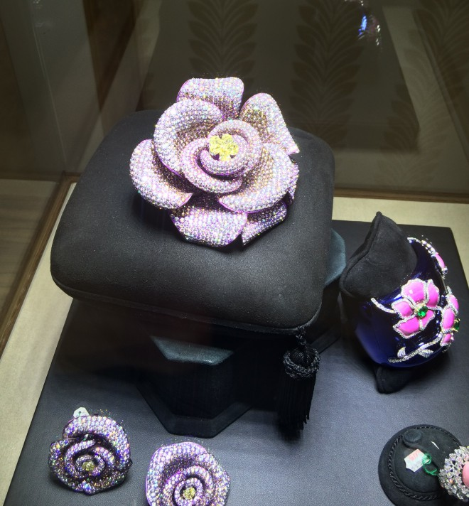 Breathtaking brooch and earrings (in titanium set with diamond and pink saphires)