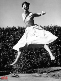 philippe-halsman-actress-audrey-hepburn-jumping-1955_redtalk