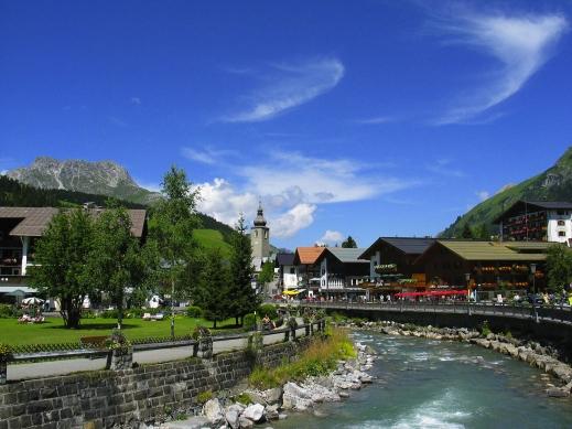 """Lech mit Blick zur Kirche und zum """"Karhorn"""", 2416 m"""